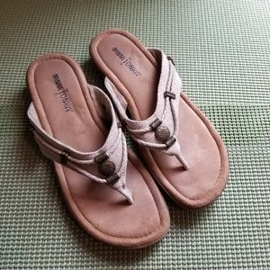 💕Minnetonka Sandle Size 8 In a Natural Color 💕